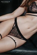 String dentelle et velours - Une lingerie haut de gamme qui allie le raffinement de la dentelle à la douceur du velours.